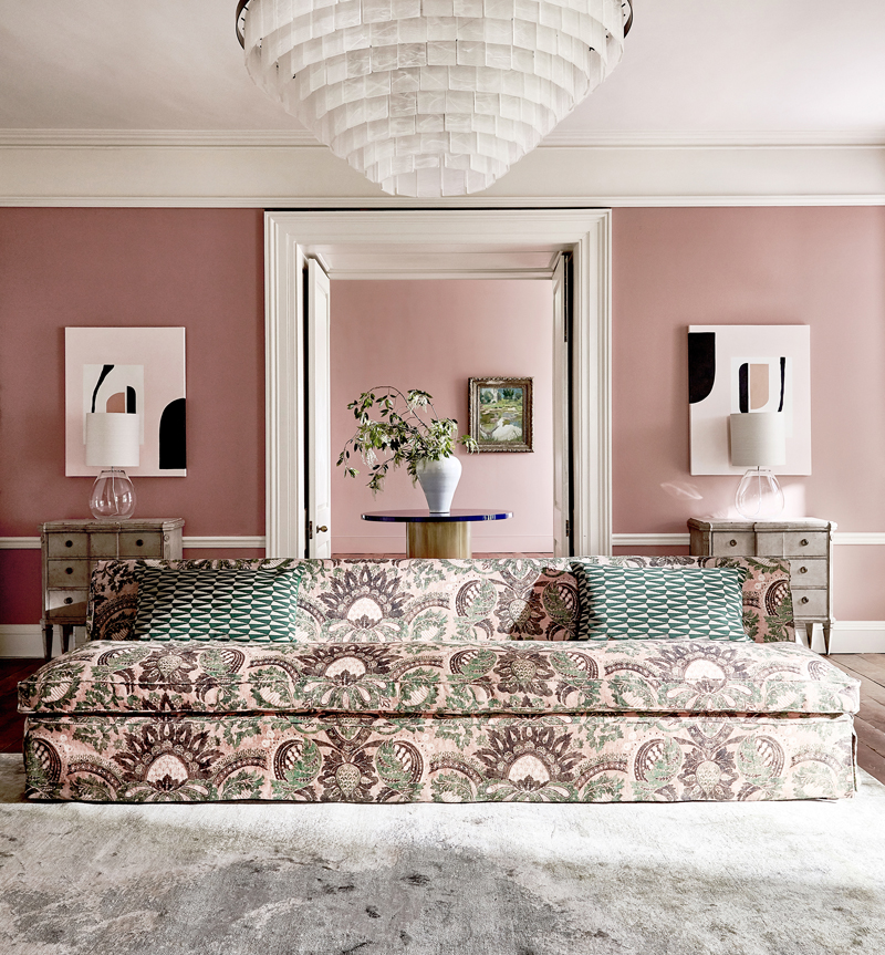 Zoffany - Antiquary AW19, Zoffany Paint: Tuscan Pink, Woodwork: Zoffany Paint in Snow, Sofa: Pomegranate Print 322691, Cushion: Dunand 332949. Foto: Stylelibrary